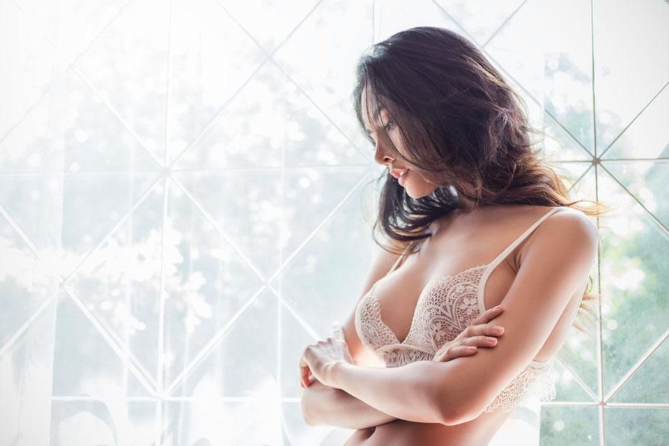 想擁有柔軟又自然的豐滿胸型,許多女生會考慮做「自體脂肪隆乳」,藉此打造自信內在美,矯正胸部形狀,使胸型更飽滿渾圓。本文將帶你瞭解自體脂肪隆乳價格、自體脂肪隆乳缺點與優點、解答是否會有自體脂肪隆乳後遺症,以及自體脂肪隆乳術後保養照顧,幫助你做足隆乳術前功課,綻放豐滿美胸的迷人魅力!自體脂肪隆乳是什麼?「自體脂肪隆乳」是…